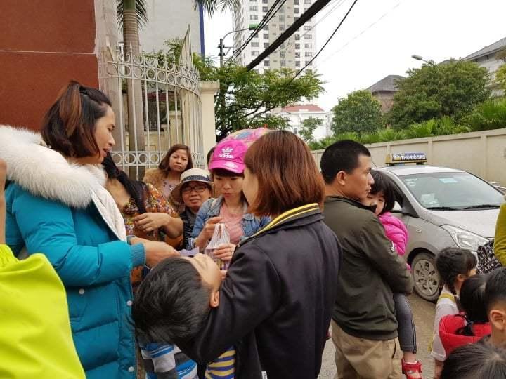700 gia đình đội mưa, xếp hàng từ 3h sáng chờ xét nghiệm sán lợn-4