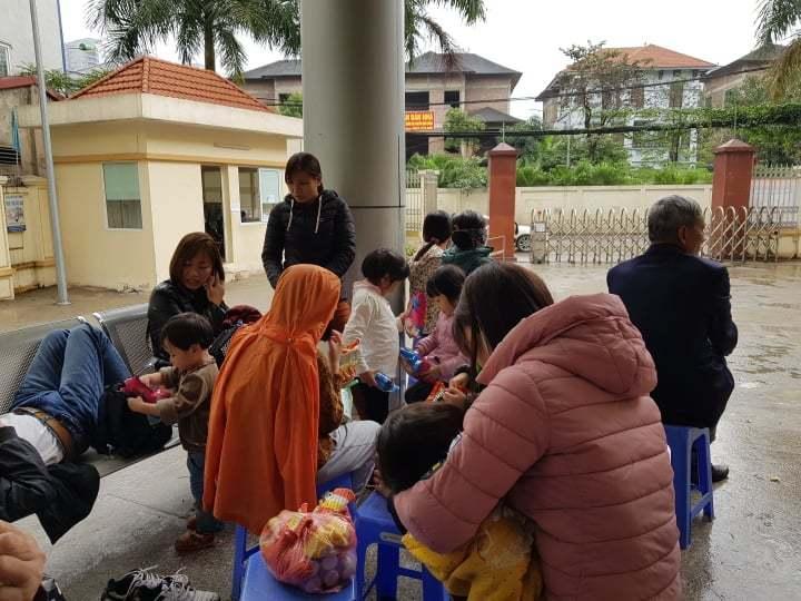700 gia đình đội mưa, xếp hàng từ 3h sáng chờ xét nghiệm sán lợn-5