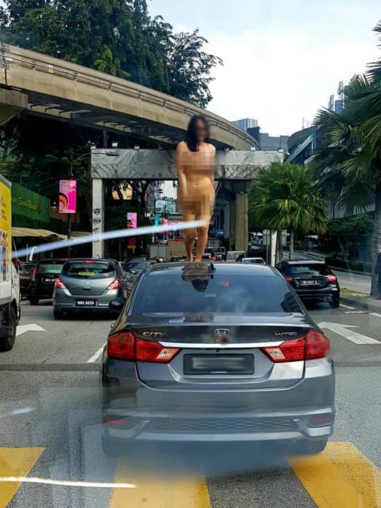 Không mảnh vải che thân, cô gái trẻ nhảy múa trên nóc ô tô khiến người xung quanh sốc nặng-1