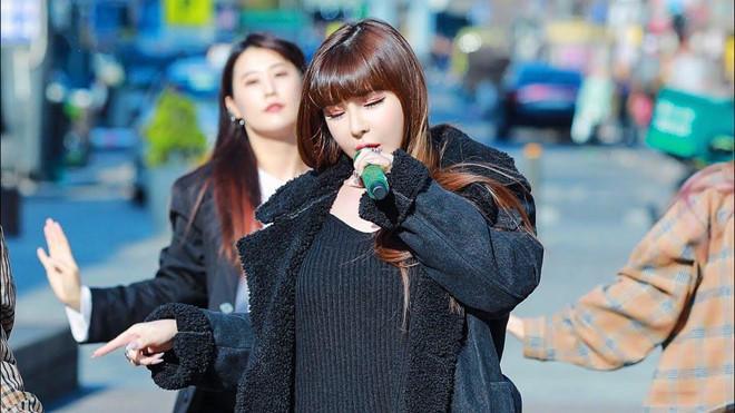 Park Bom lộ giọng hát nhiều hạn chế khi biểu diễn trên đường phố-1