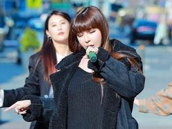 Park Bom lộ giọng hát nhiều hạn chế khi biểu diễn trên đường phố