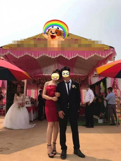 Tranh cãi gay gắt khoảnh khắc chú rể tình tứ chụp ảnh cùng người yêu cũ, bỏ lại cô dâu bơ vơ đứng phía sau-1