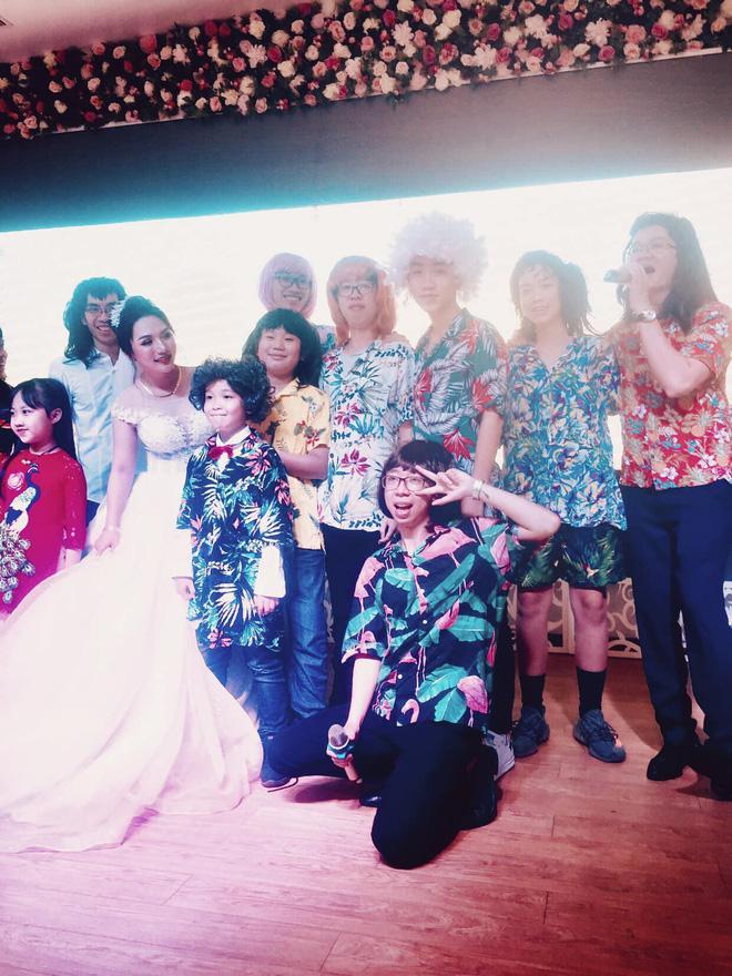 Khoảnh khắc được share điên đảo hôm nay: 11 anh em giả nữ hát hò trong đám cưới vì bà ngoại ao ước có cháu gái-4