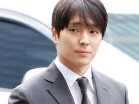 Sau 21 giờ thẩm vấn tại sở cảnh sát, Choi Jong Hoon lại nhận 'gạch đá' khi 'thả tim' cho bức ảnh của mình