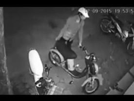 Video: Tên trộm 'khó tính', vào tận cuối hẻm 'lựa' xe đắt tiền để lấy