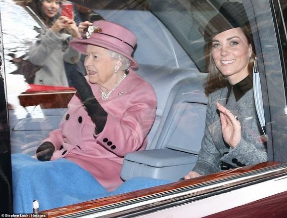 Lần đầu dự sự kiện riêng cùng Nữ hoàng, Kate Middleton thể hiện đẳng cấp thời trang và cách ứng xử của 1 Hoàng hậu tương lai-1