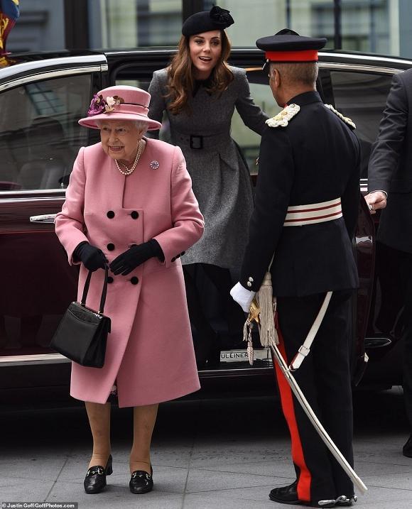 Lần đầu dự sự kiện riêng cùng Nữ hoàng, Kate Middleton thể hiện đẳng cấp thời trang và cách ứng xử của 1 Hoàng hậu tương lai-2