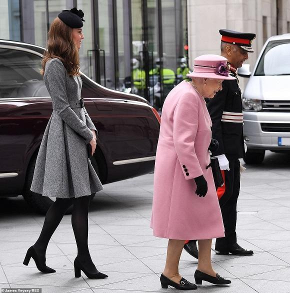 Lần đầu dự sự kiện riêng cùng Nữ hoàng, Kate Middleton thể hiện đẳng cấp thời trang và cách ứng xử của 1 Hoàng hậu tương lai-3
