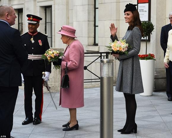 Lần đầu dự sự kiện riêng cùng Nữ hoàng, Kate Middleton thể hiện đẳng cấp thời trang và cách ứng xử của 1 Hoàng hậu tương lai-4