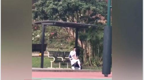 Kinh hoàng giới trẻ Việt: Giữa thanh thiên bạch nhật, cặp nam nữ rủ nhau ra sân bóng đông người thản nhiên hành sự-2