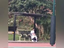 Kinh hoàng giới trẻ Việt: Giữa thanh thiên bạch nhật, cặp nam nữ rủ nhau ra sân bóng đông người thản nhiên 'hành sự'