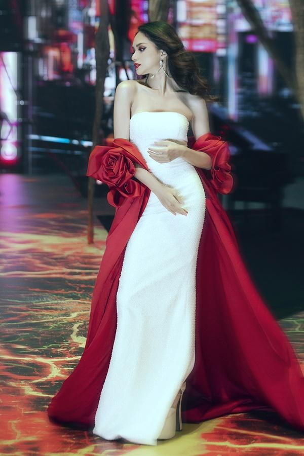 Chưa kịp vui với quyền lực của host Vietnams Next Top Model 2019, Hương Giang đã phải hứng đá vì thể hiện sai quá sai-3