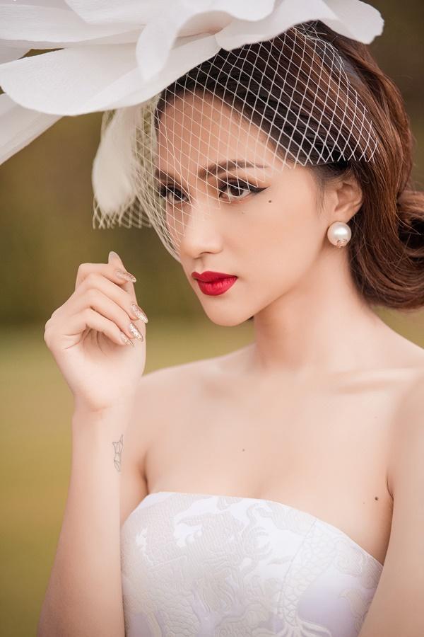 Chưa kịp vui với quyền lực của host Vietnams Next Top Model 2019, Hương Giang đã phải hứng đá vì thể hiện sai quá sai-4