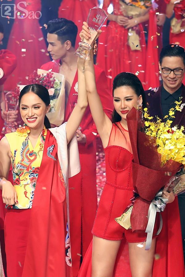 Chưa kịp vui với quyền lực của host Vietnams Next Top Model 2019, Hương Giang đã phải hứng đá vì thể hiện sai quá sai-5