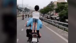 Clip bức xúc: Người cha coi thường tính mạng con, để con đứng lên yên xe phóng vèo vèo trên đường