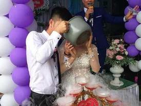 Cô dâu, chú rể lấy dao phay cắt bánh, uống rượu bằng nồi cơm điện