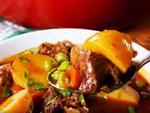 Tối nay ăn gì: Bò hầm khoai tây ăn kèm bánh mì bổ dưỡng