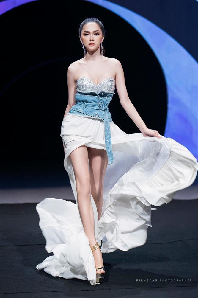 Hương Giang catwalk đầy mê hoặc và tung váy thần sầu khi làm vedette show thời trang-1