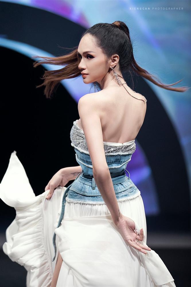 Hương Giang catwalk đầy mê hoặc và tung váy thần sầu khi làm vedette show thời trang-2