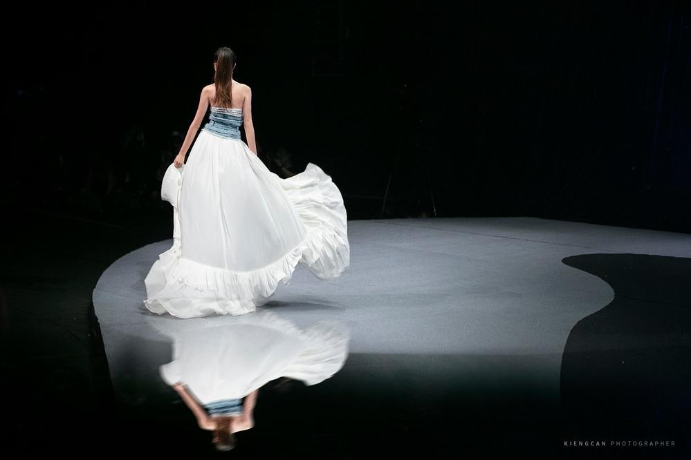 Hương Giang catwalk đầy mê hoặc và tung váy thần sầu khi làm vedette show thời trang-3