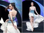 Hương Giang catwalk đầy mê hoặc và tung váy thần sầu khi làm vedette show thời trang
