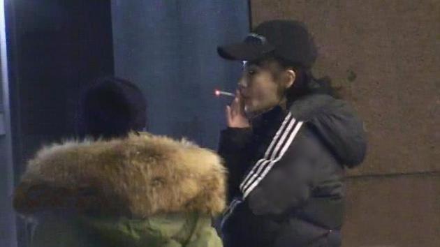 Phì phèo hút thuốc trước cổng bệnh viện, Angela Baby hứng đá vì tự phản bội lời hứa suốt 11 năm qua-1