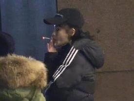 Phì phèo hút thuốc trước cổng bệnh viện, Angela Baby 'hứng đá' vì tự phản bội lời hứa suốt 11 năm qua