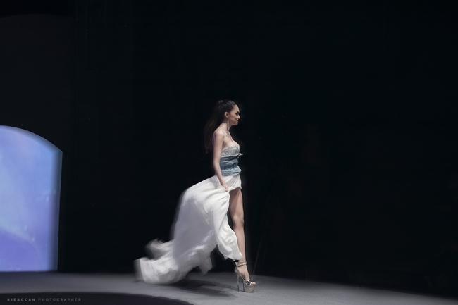 Hương Giang catwalk đầy mê hoặc và tung váy thần sầu khi làm vedette show thời trang-4