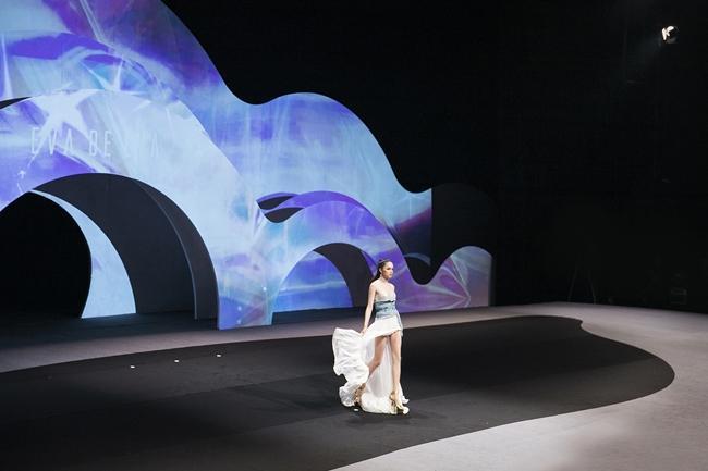 Hương Giang catwalk đầy mê hoặc và tung váy thần sầu khi làm vedette show thời trang-5