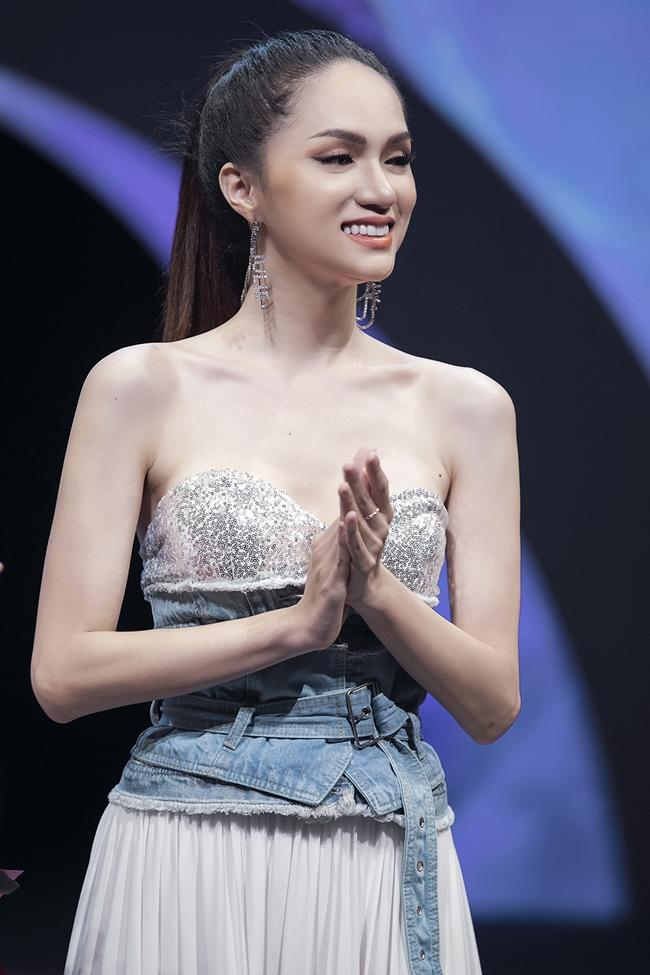 Hương Giang catwalk đầy mê hoặc và tung váy thần sầu khi làm vedette show thời trang-6