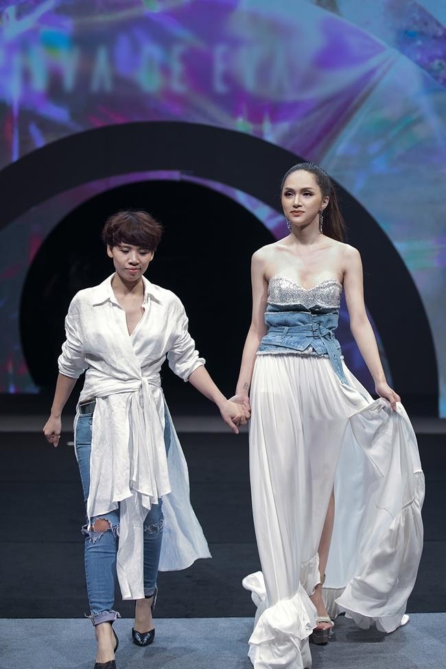 Hương Giang catwalk đầy mê hoặc và tung váy thần sầu khi làm vedette show thời trang-7