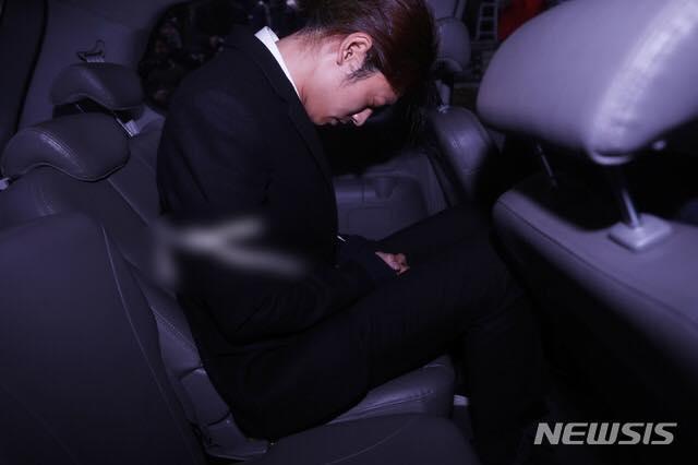 Jung Joon Young bị trói áp giải vào đồn cảnh sát sau bê bối quay lén và phát tán clip sex-7