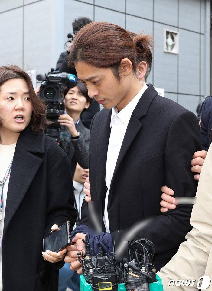 Jung Joon Young bị trói áp giải vào đồn cảnh sát sau bê bối quay lén và phát tán clip sex-9