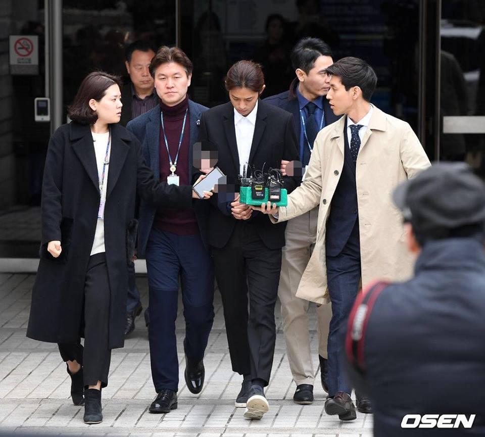 Jung Joon Young bị trói áp giải vào đồn cảnh sát sau bê bối quay lén và phát tán clip sex-10