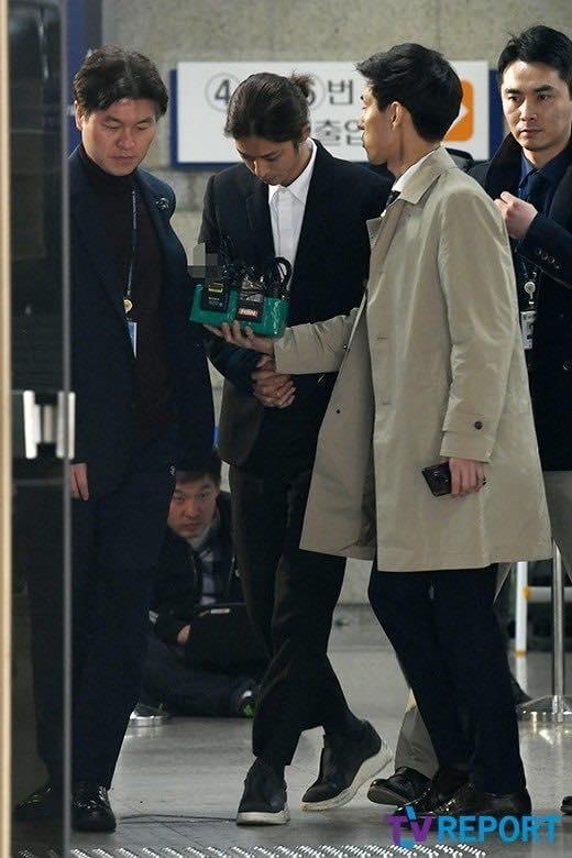 Jung Joon Young bị trói áp giải vào đồn cảnh sát sau bê bối quay lén và phát tán clip sex-11