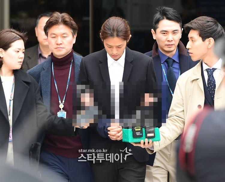 Jung Joon Young bị trói áp giải vào đồn cảnh sát sau bê bối quay lén và phát tán clip sex-12