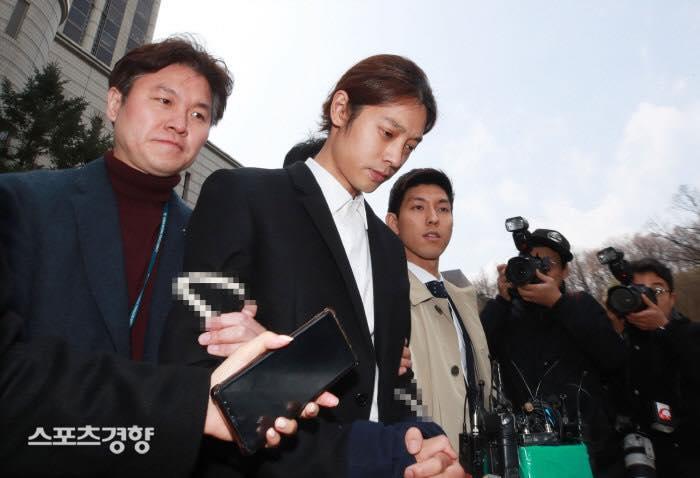 Jung Joon Young bị trói áp giải vào đồn cảnh sát sau bê bối quay lén và phát tán clip sex-13
