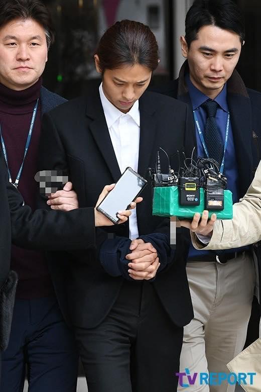 Jung Joon Young bị trói áp giải vào đồn cảnh sát sau bê bối quay lén và phát tán clip sex-14