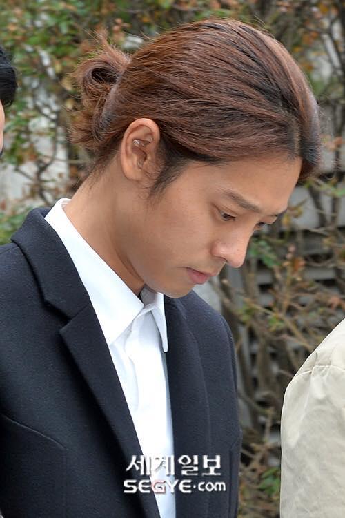 Jung Joon Young bị trói áp giải vào đồn cảnh sát sau bê bối quay lén và phát tán clip sex-15