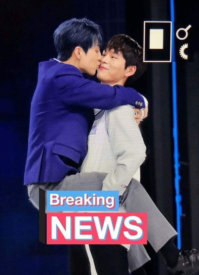 Thí sinh nam gây sốc vì nhảy chồm lên nhau và hôn trên sân khấu-1