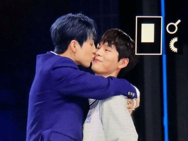Thí sinh nam gây sốc vì nhảy chồm lên nhau và hôn trên sân khấu