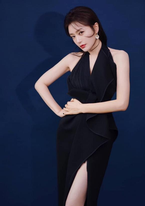 Phú Sát Hoàng hậu Tần Lam tự tin lộ chân thon, khoe lưng trần sau tin đồn hẹn hò trai trẻ-4
