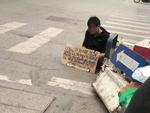 Dân mạng tranh cãi kịch liệt tấm biển thông báo chỉ lấy tiền chứ không xin ăn nhưng gây sốc nhất là thức ăn thừa vương vãi trên đường-4