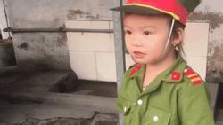 Mới 5 tuổi thôi nhưng bé gái xứ Nghệ khiến người xem nể phục vì am hiểu quá rõ về luật giao thông