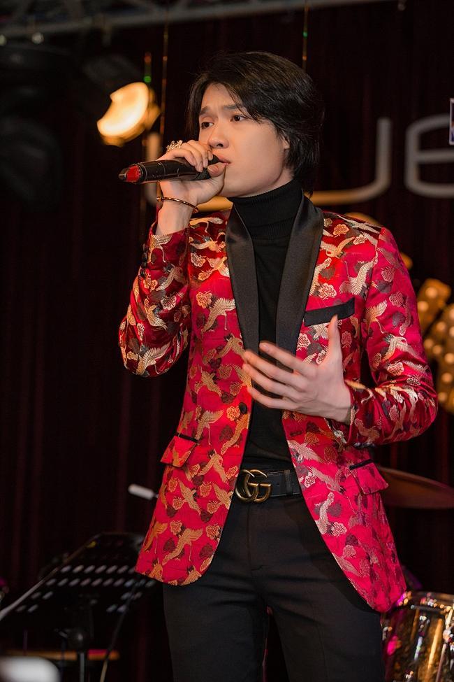 Có ai ngờ diễn viên hài Quang Trung lại sở hữu giọng hát ngọt chẳng kém cạnh ca sĩ chuyên nghiệp-1