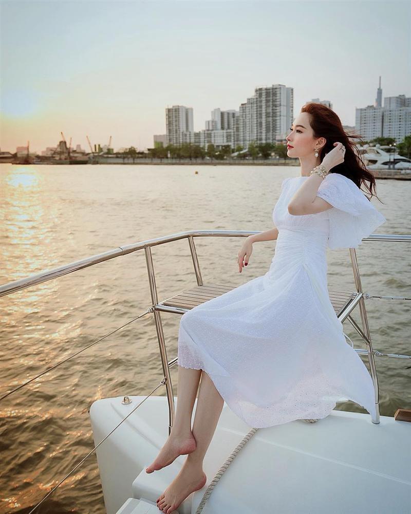 Hoa hậu Phạm Hương khoe khoảnh khắc tắm bồn sexy đến nghẹt thở-2