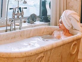 Hoa hậu Phạm Hương khoe khoảnh khắc tắm bồn sexy đến 'nghẹt thở'