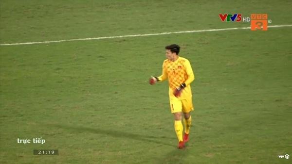 Xử lý bóng vụng về, thủ môn Bùi Tiến Dũng khiến CĐV nhiều phen thót tim-1
