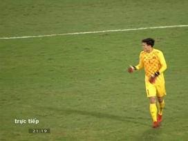 Xử lý bóng vụng về, thủ môn Bùi Tiến Dũng khiến CĐV nhiều phen 'thót tim'