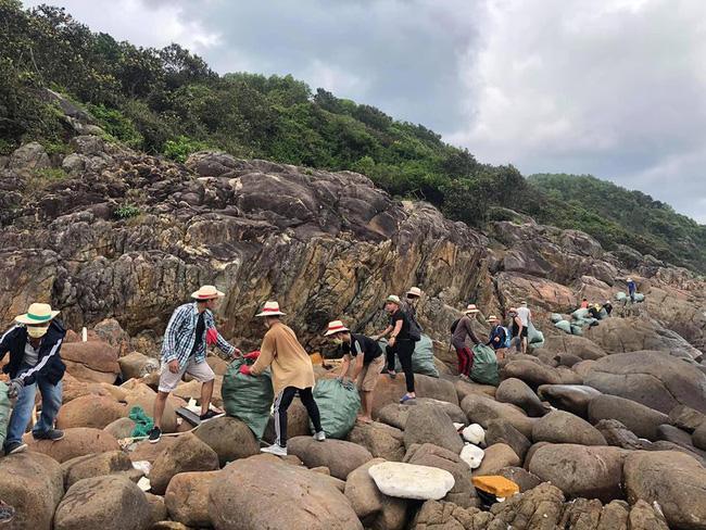 Hết vía với loại rác thải nghi là đồ chơi nhạy cảm nhóm bạn trẻ thu được ở biển Đà Nẵng-3